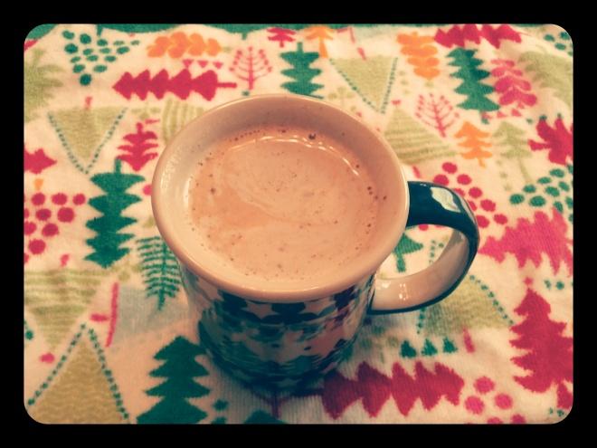 Kawa gotowa. Uwielbiam z mlekiem sojowym, cynamonem, kardamonem i imbirem