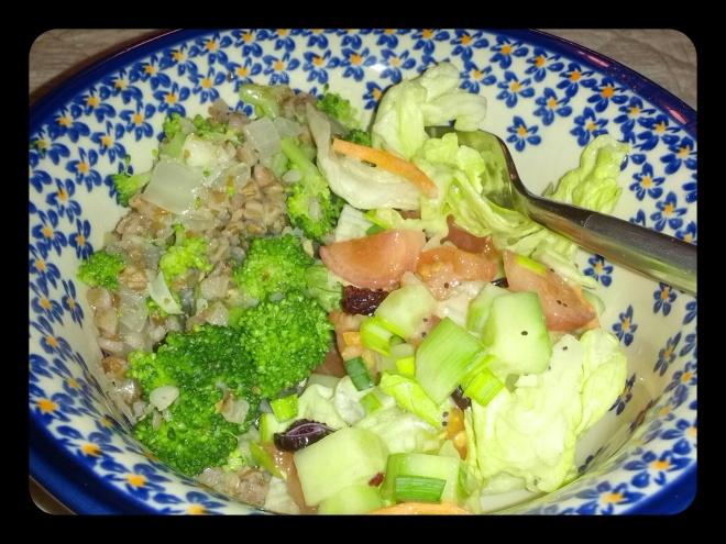 Nasza kolacja: kasza z brokułami i cebulką, surówka