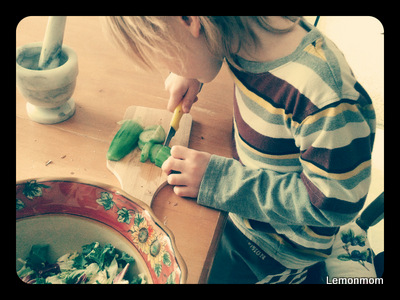 Dorzucamy zielsko i kroimy ogórki