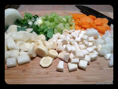 Kroimy w kostkę, plastry, paski i zachwycamy się zapachem i kolorami. Warzywa są piękne.